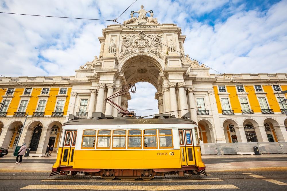 Legendární žlutá tramvaj projíždějící lisabonskou čtvrtí Alfama
