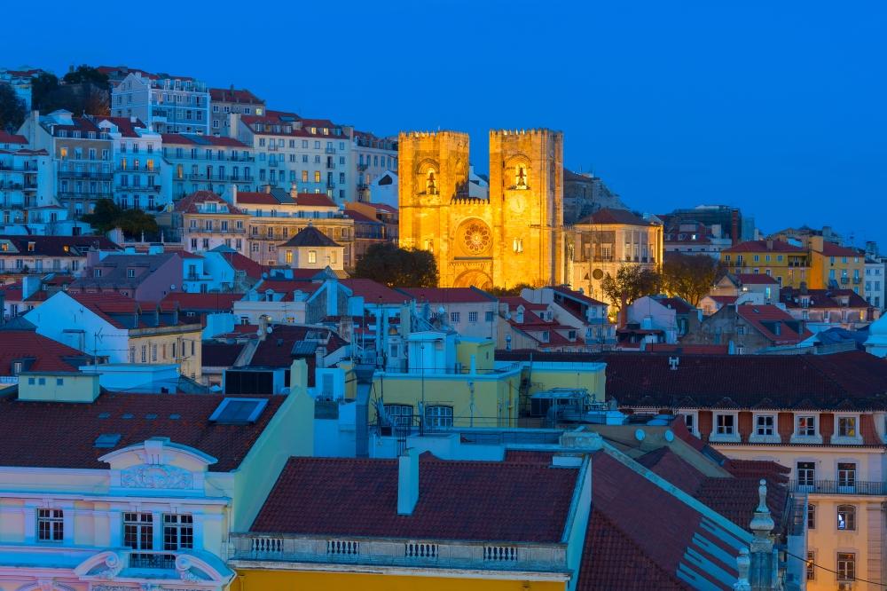 Večerní nasvícení katedrály Katedrála Sé Cathedral v Alfamě, Lisabon