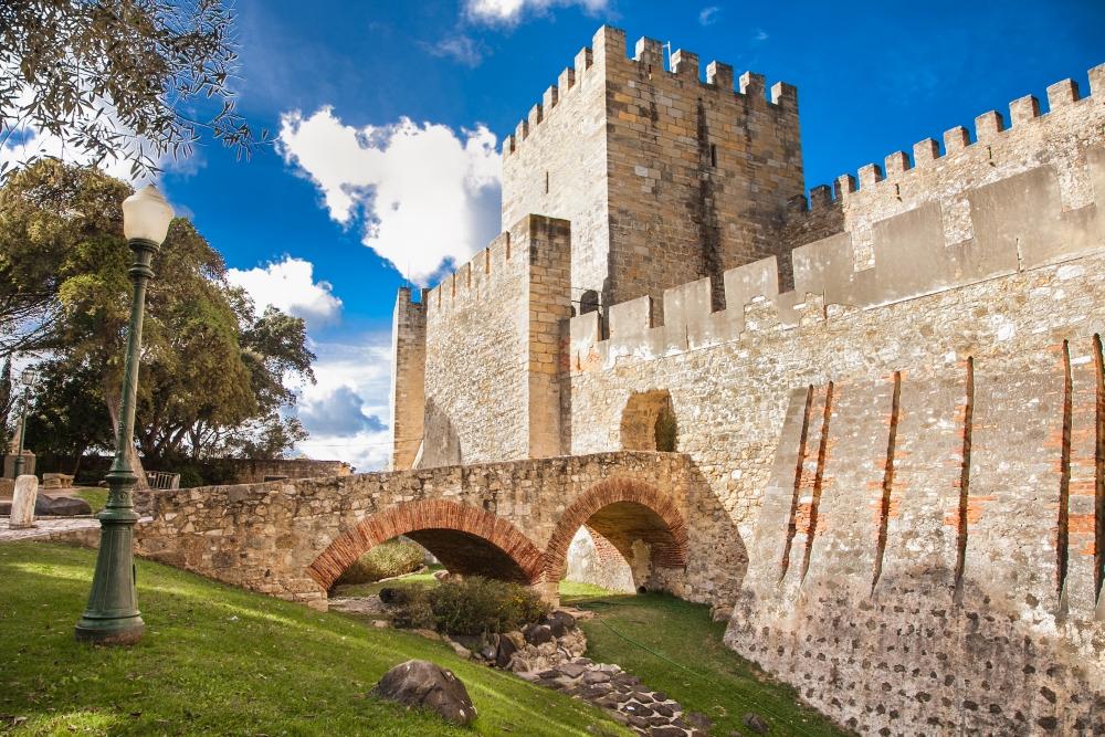 Zdi a příkop hradu Sao Jorge v Lisabonu
