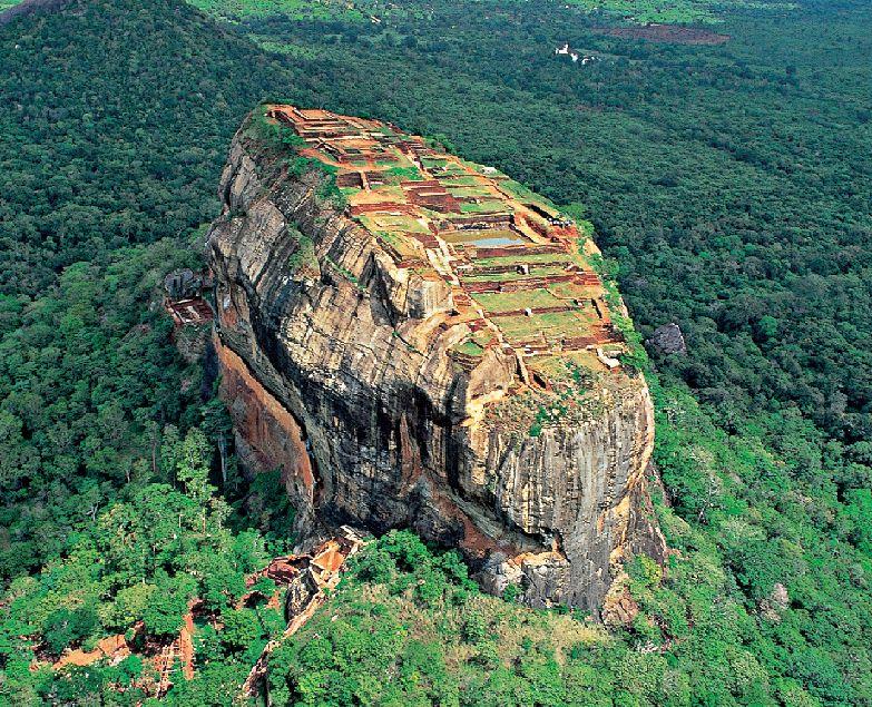 Skalní pevnost Sigiriya je asi nejznámějším objektem Srí Lanky.