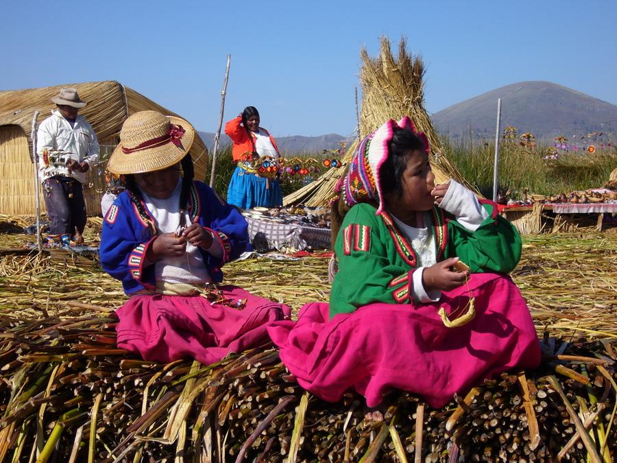 Výrazné barvy neodmyslitelně partří k obyvatelům jak ostrovů Uros, tak celého okolí jezera Titicaca