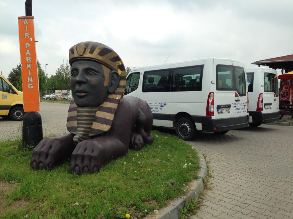 Zaparkujete a za pár minut už vás veze minibus na letiště.