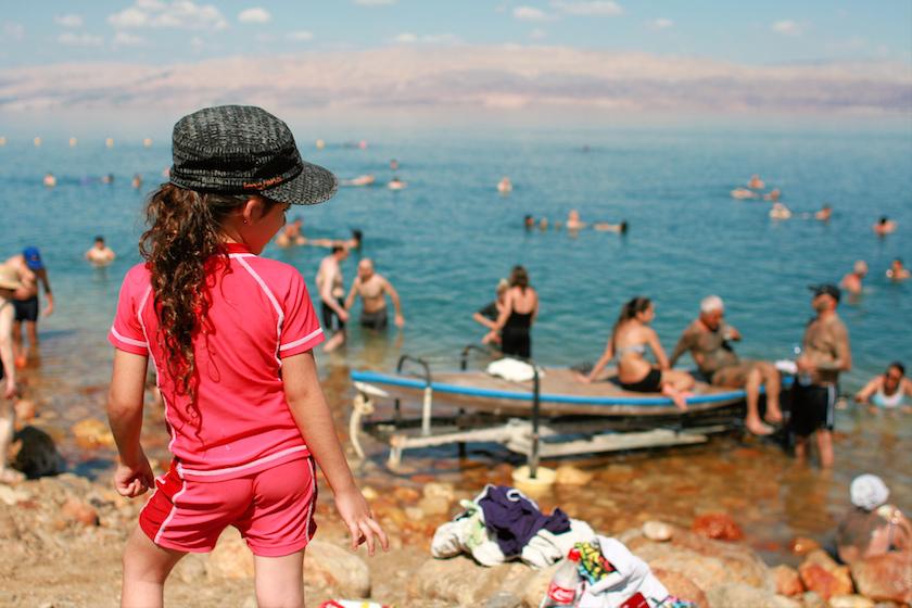 Kolem břehu Mrtvého moře jsou dnes hustě rozesety hotely nabízející kosmetiku s bahnem, které je přímo na pláži k dispozici zdarma.