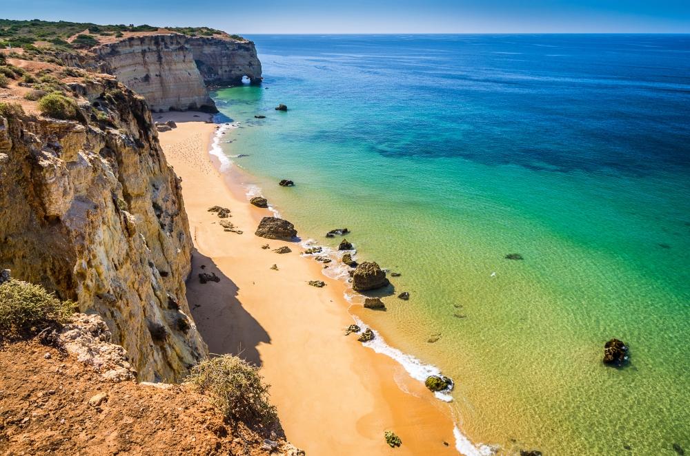 Pláže v oblasti Algarve hrají všemi barvami.