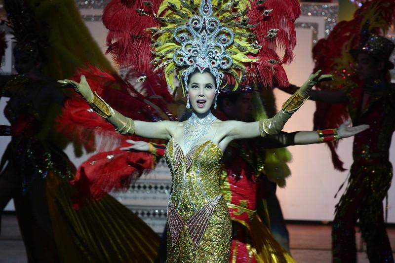 Vystoupení v kabaretu v kostýmu s prvky tradičního thajského slavnostního oblečení.