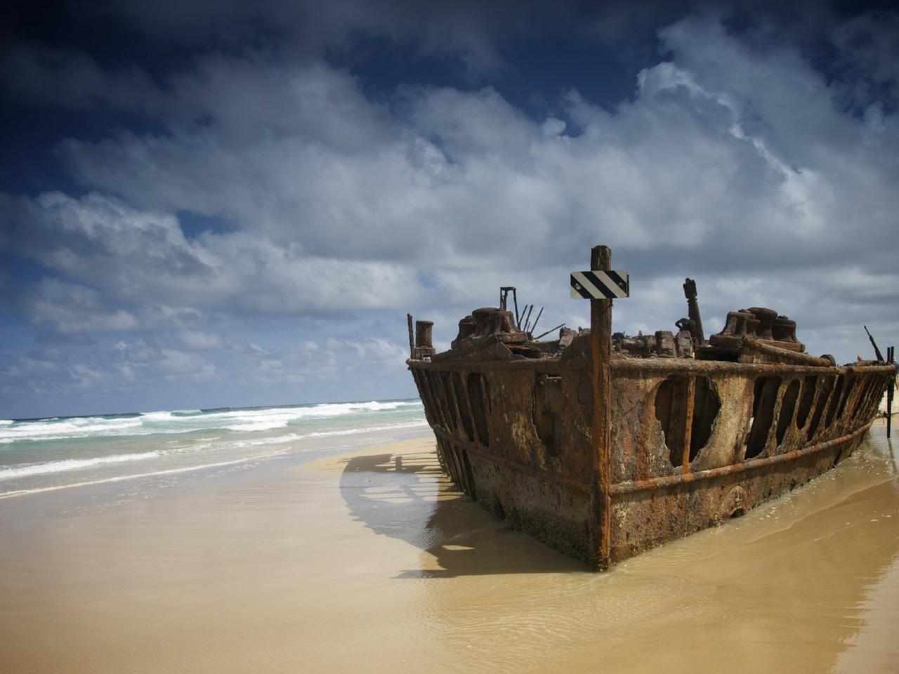 Velryby a vraky lodí, dvě největší atrakce pobřežních vod Fraser Islandu.