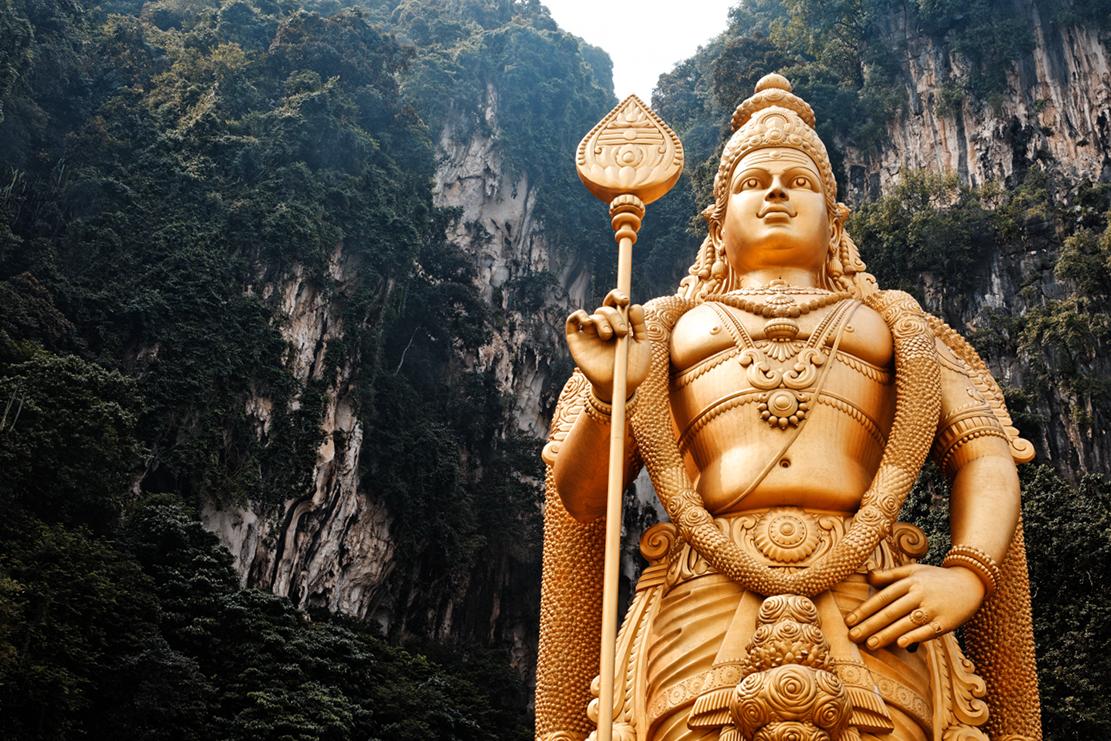 Impozantní socha hinduistického boha války a vítězství je vidět z dálky.