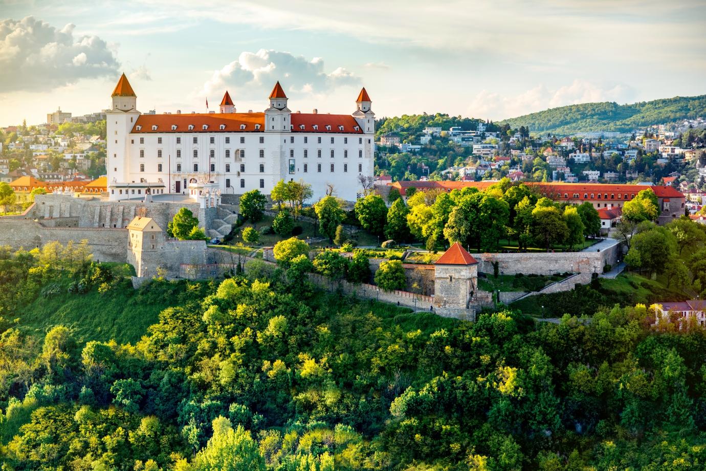 Vysoko nad Dunajem se tyčí dominanta, kterou vidíte, i když Bratislavu jen míjíte po dálničním okruhu.