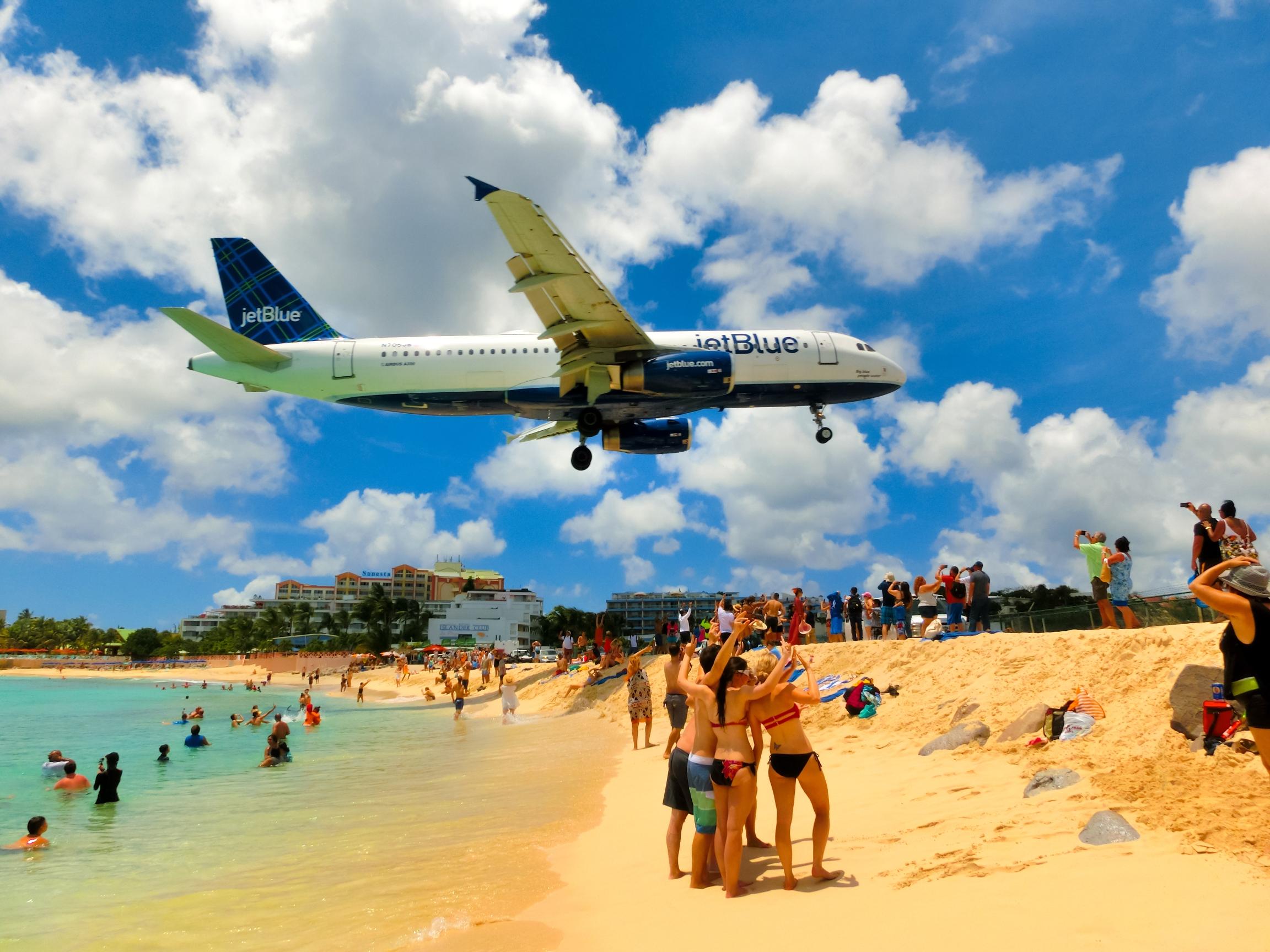 Květen 2016: Letadloklesá na Letiště princezny Juliany na Svatém Martinu těsně nad pláží Maho.