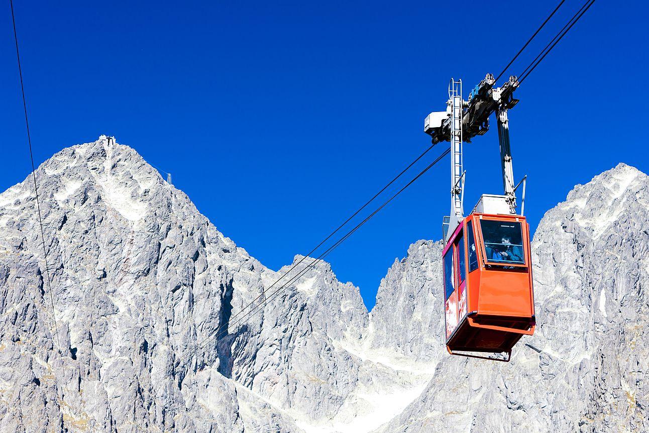 Visutá lanovka na Lomnickém štítě ve Vysokých Tatrách.
