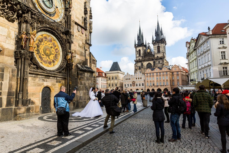 Šťastnému páru na obrázku přejeme vše nejlepší. Právě se vzali na nejžádanějším místě pro svatby v celém Česku. Určit město pro nikoho nebude problém.