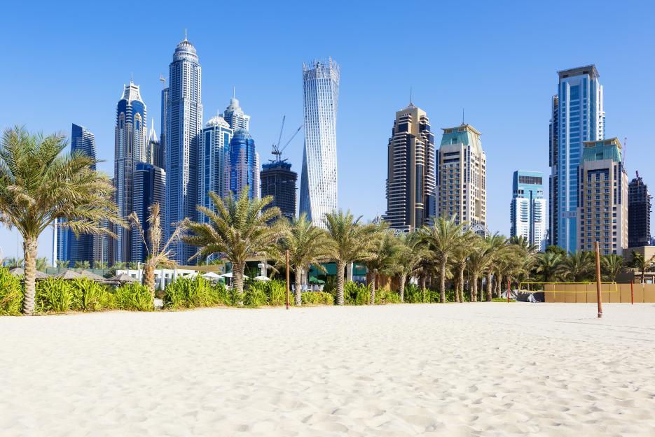 Pláže, palmy, průzračné moře – i to je Dubaj. Únavu z velkoměsta tak snadno zaženete hraním beach volejbalu nebo nějakým vodním sportem.