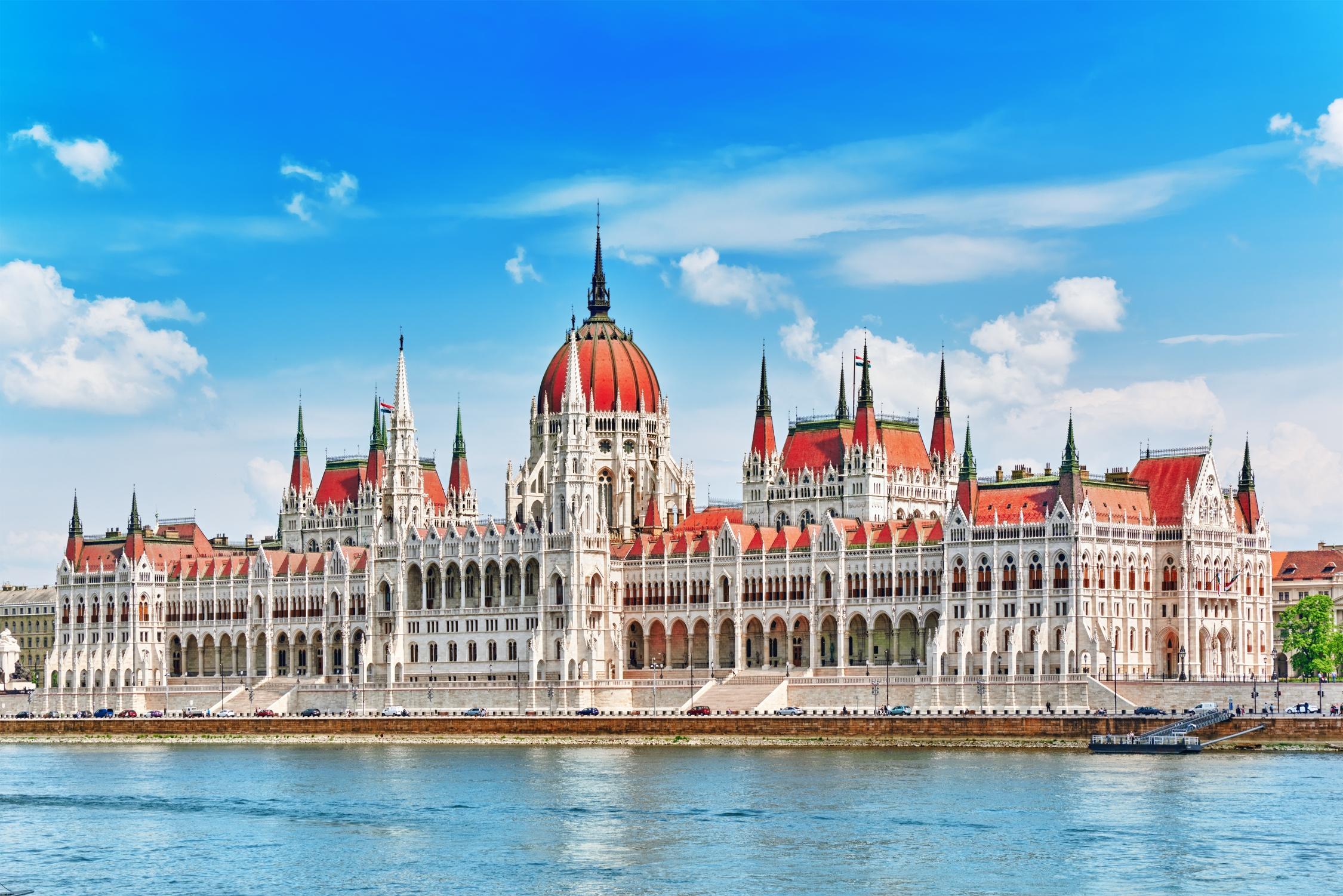 Impozantní budova nad hladinou Dunaje - není divu, že je parlament často focen na pohlednice a do katalogů.