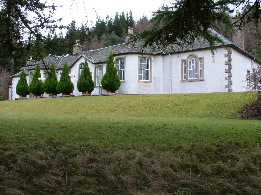 Zdánlivě mírumilovný pohled na jeden z nejvíce hrůzostrašných domů v celé Británii!