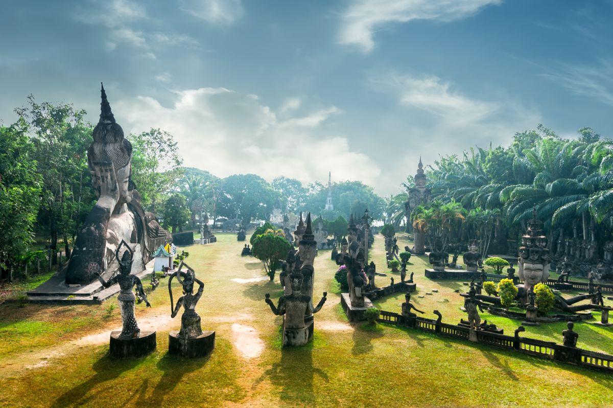 Panorama Xieng Khuan v Laosu. Spirituální město démonů a bohů.