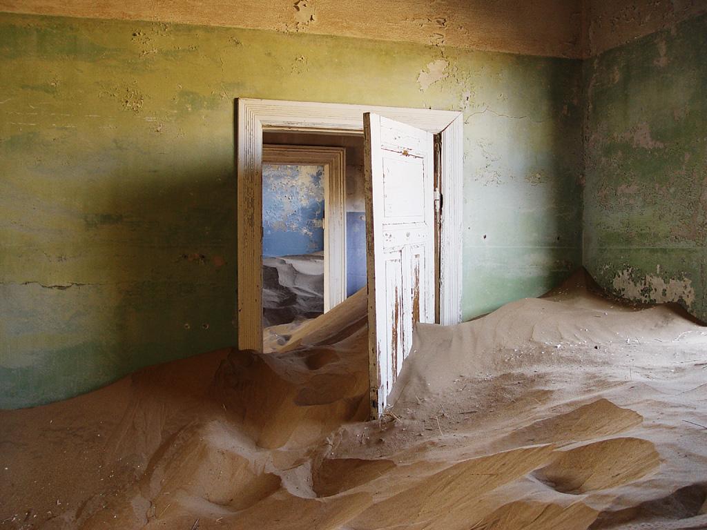 Nechat děti hrát si na písku a mít je přitom pod maximálním dohledem - sen každého rodiče by v tomto opuštěném domě v osadě Kolmanskop dostal nový rozměr.