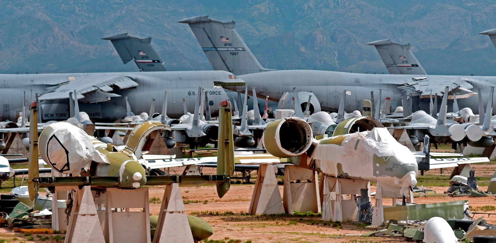 Jedno z několika míst, kde se ve státě Arizona může oprava stát pro letadlo konečnou stanicí.