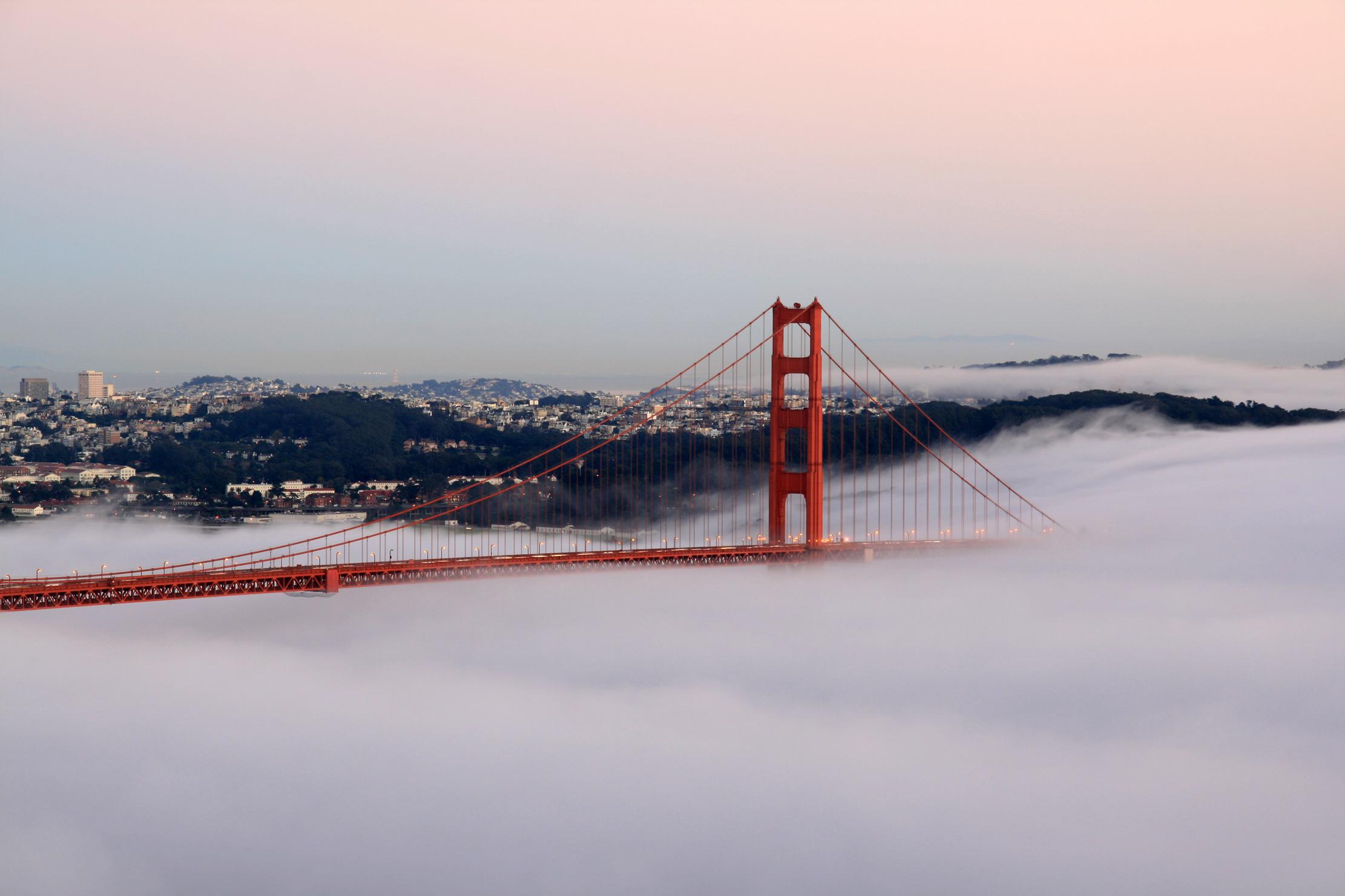 Golden Gate Bridge je jeden z nejslavnějších mostů světa a ikona Spojených států.