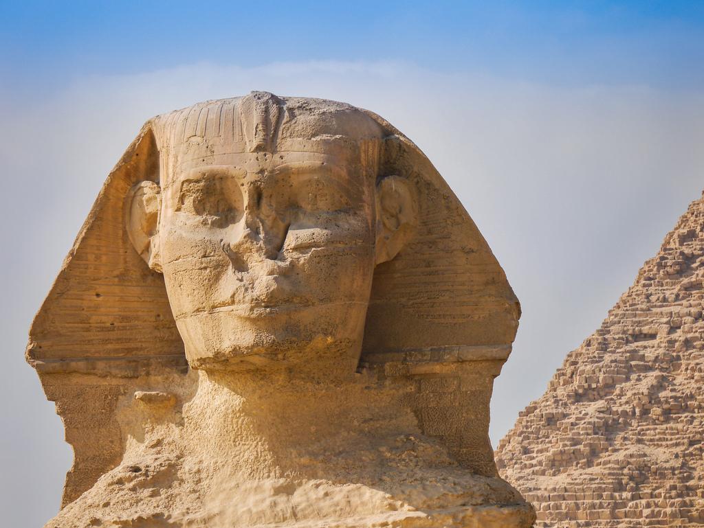 Sfinga v egyptské Gíze nedaleko Káhiry je muž.