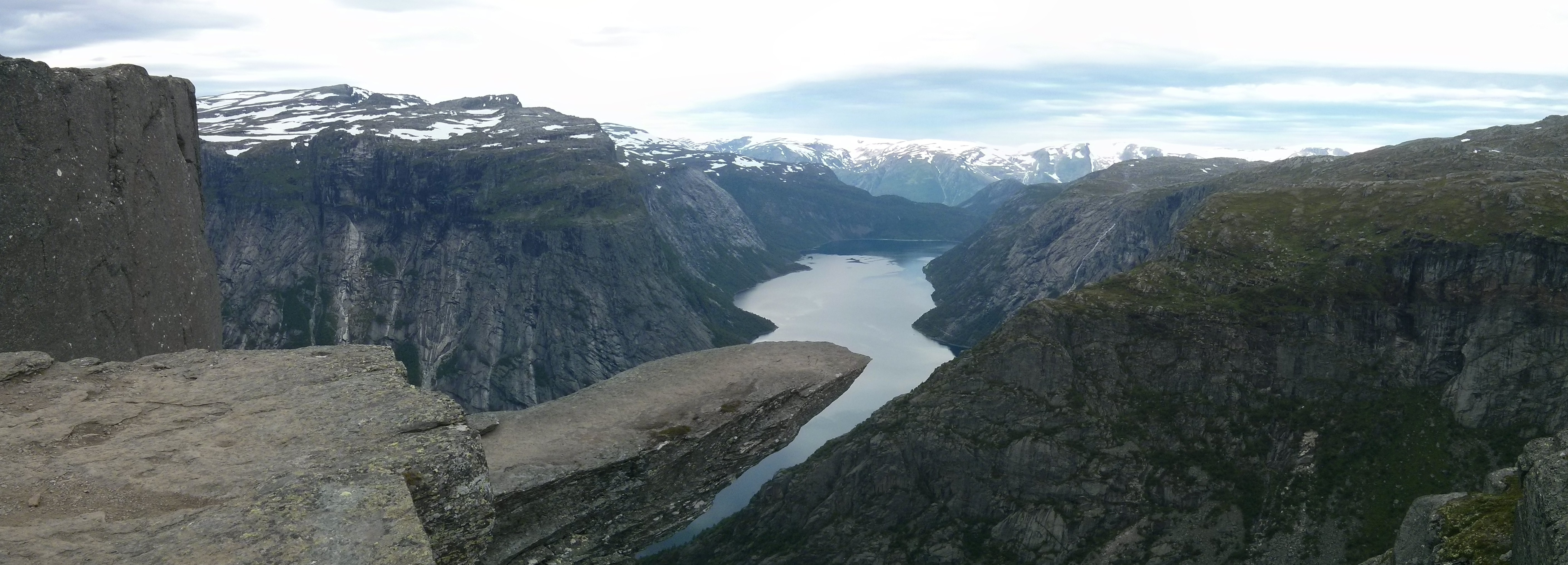Pohled na Trolltungu nad jezerem Ringedalsvatnet