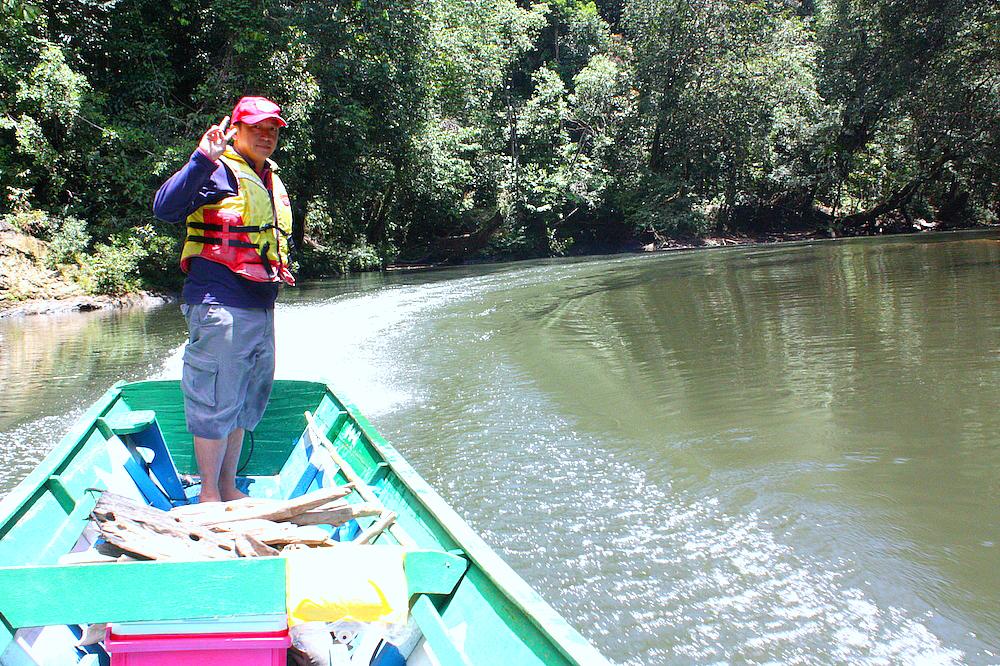 Kapitán naší malé loďky dokázal v rychlosti proplout mělkou řekou s rozesetými balvany. Od chaty k našemu cíli jsme dorazili za hodinku po vodě.