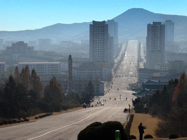 Auta a pohonné hmoty nejsou sice moc dostupné, ale dlouhé prostorné silnice ve velkých městech prostě nesmí chybět. A okolní paneláky jakbysmet.