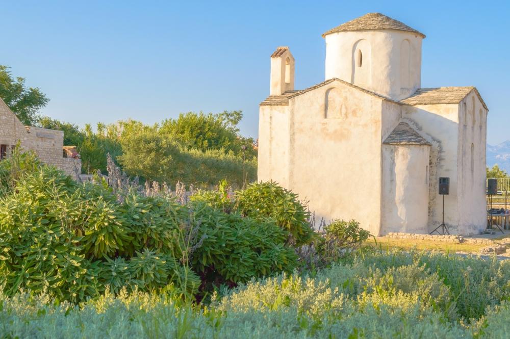 Z dalších významných a dobře zachovalých památek v Nin zmiňme např. staré náměstí, amfiteátr či akvadukt.