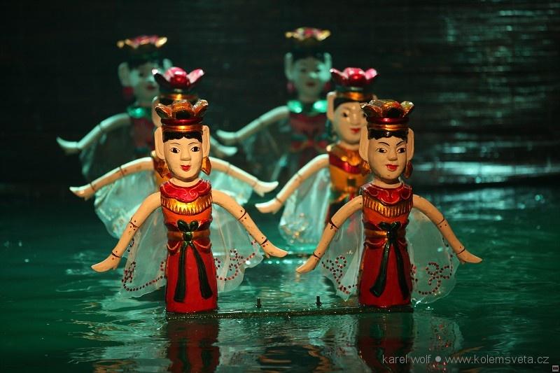 Magické dřevěné víly při tanci