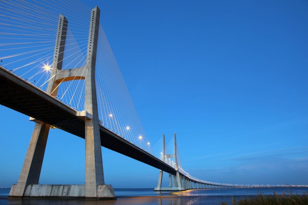 Most vede přes řeku Tejo.
