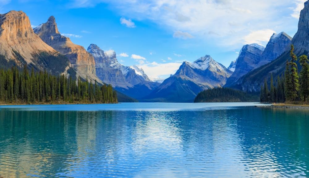 Jezero Maligne - chybí tu už jen nějaká Pocahontas v kanoi.