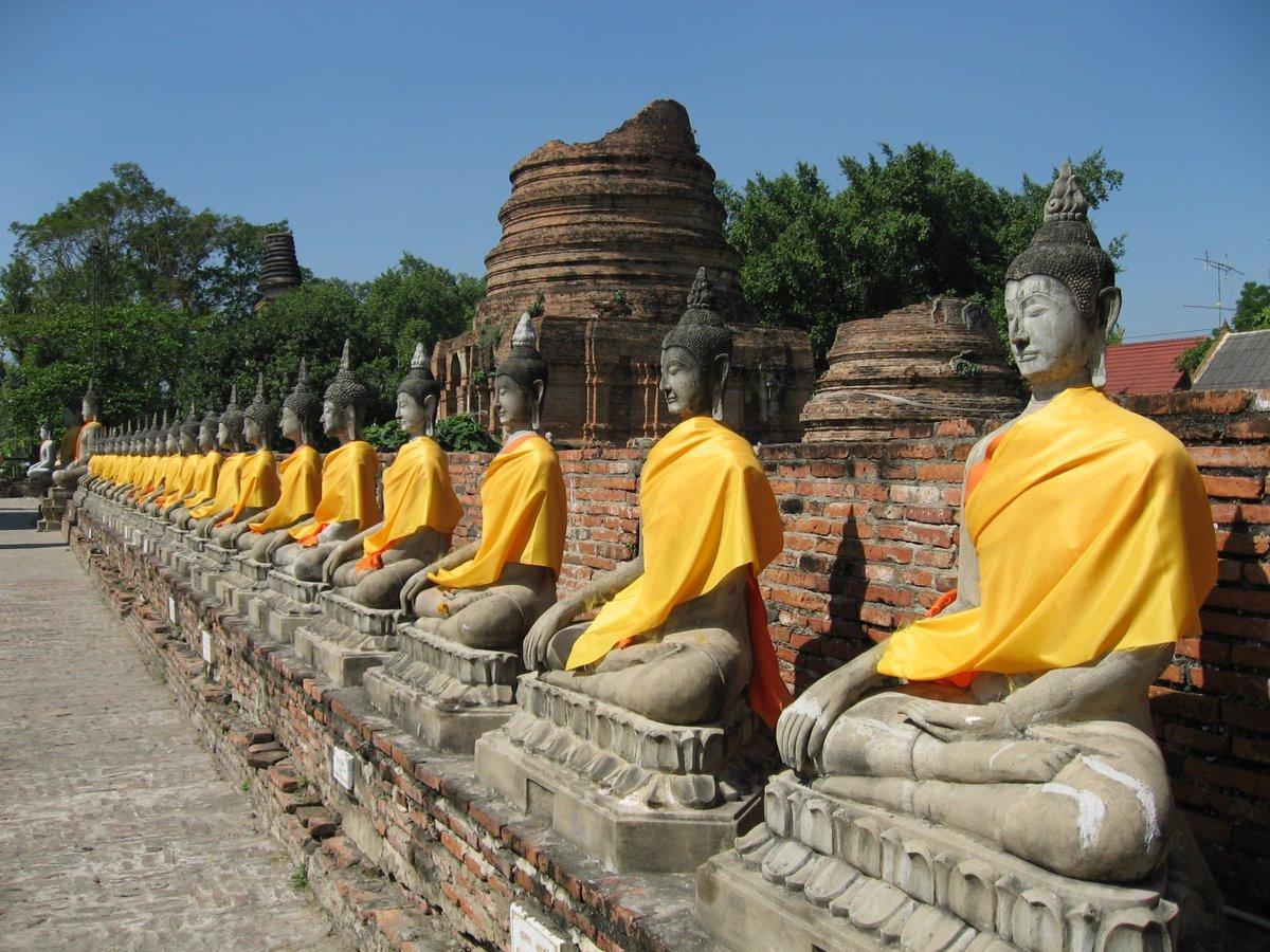 Sochy Buddhy u chrámu Wat Yai Chai