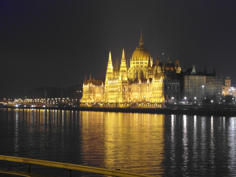 V noci se Buďapešť proměňuje v pohádkové město.