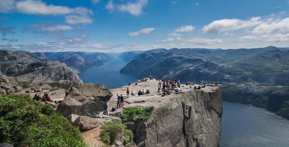 Výška Preikestolenu je 604 metrů. Okolní skály jsou však ještě o 200 metrů vyšší.