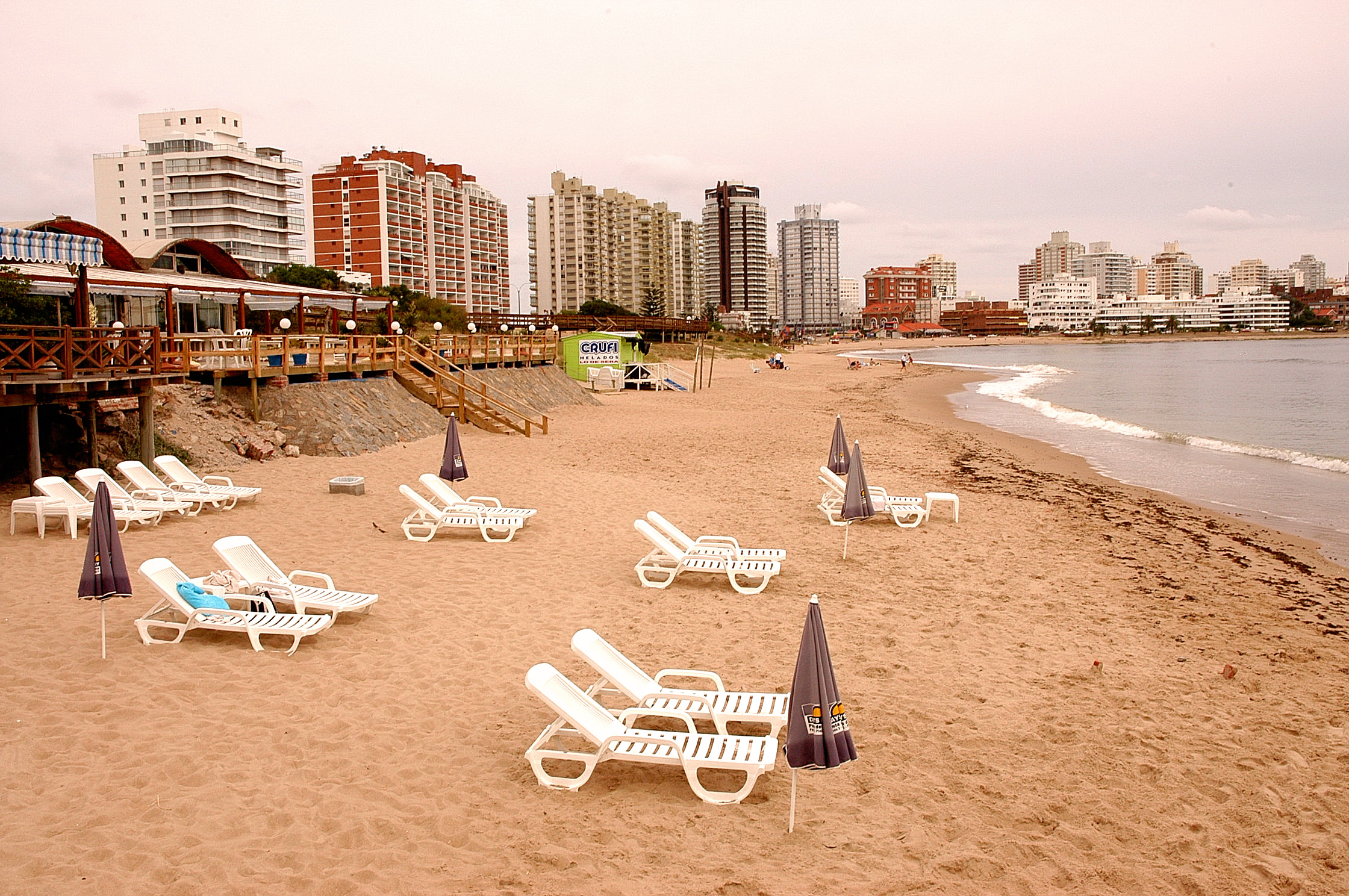 Punta del Este leží na dlouhém poloostrově vybíhajícím do Atlantského oceánu. Z obou stran ji tedy obléhají písečné pláže.