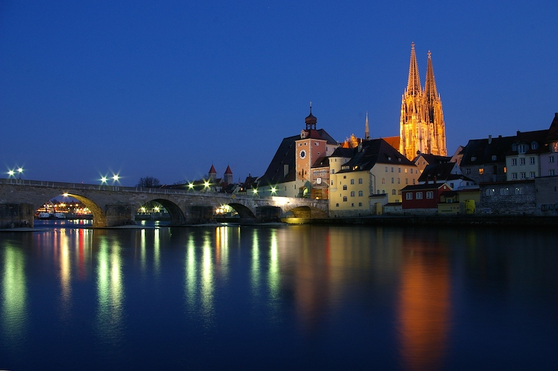 Noční Řezno ještě více odhaluje středověkou atmosféru.