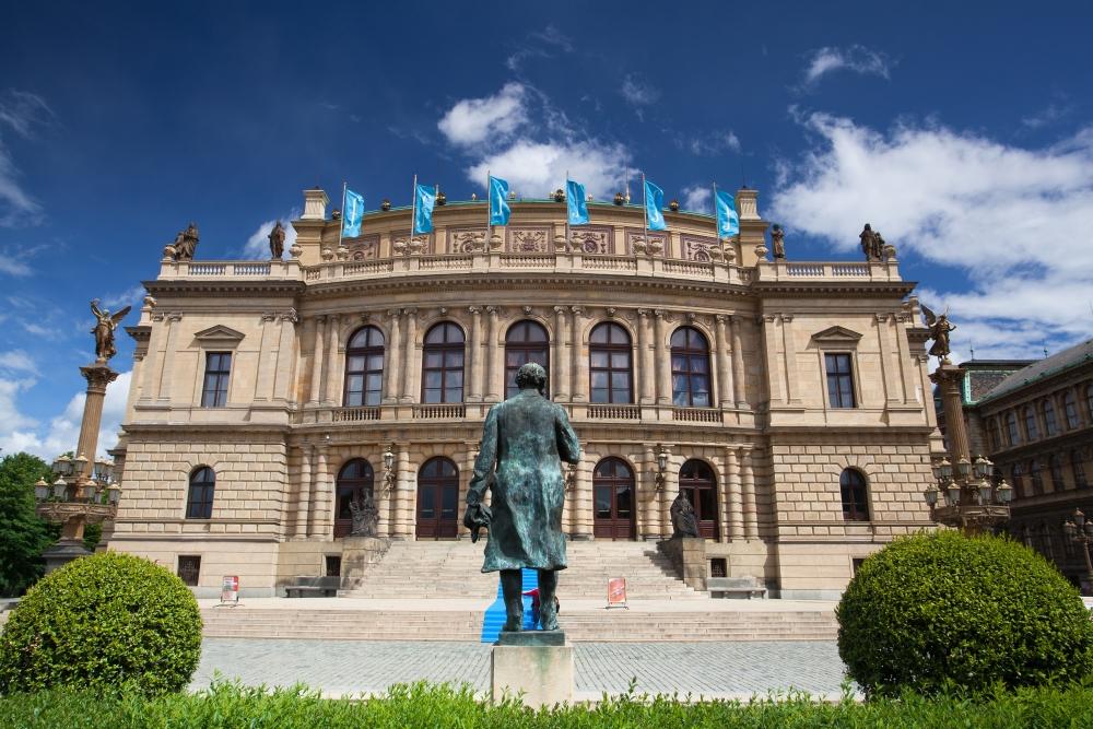 Od roku 1946 se sem sjíždějí přední světoví hudebníci na mezinárodní festival Pražské Jaro.