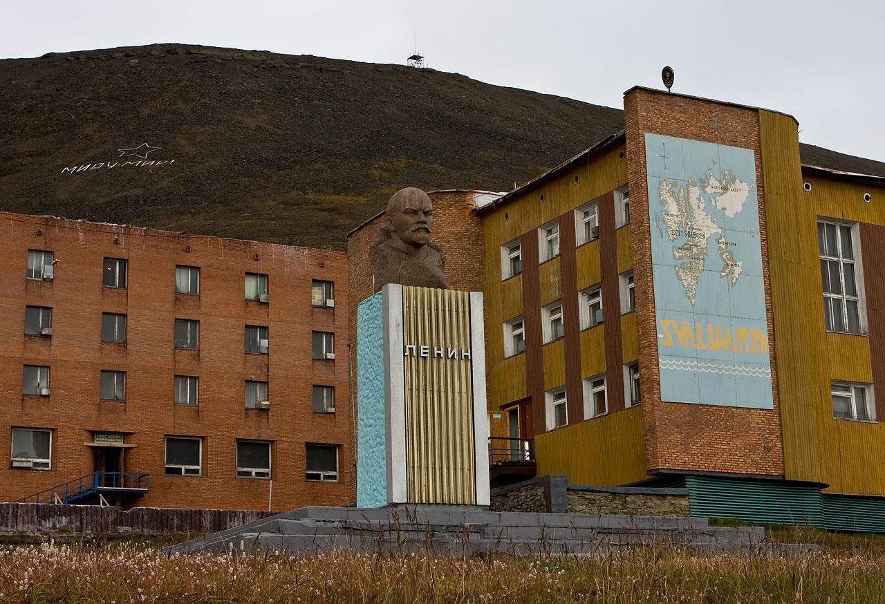 Špicberky oproti jižnějším částem Evropy vypadají jako pozůstatek z dob dávno minulých, Leninova busta to potvrzuje.
