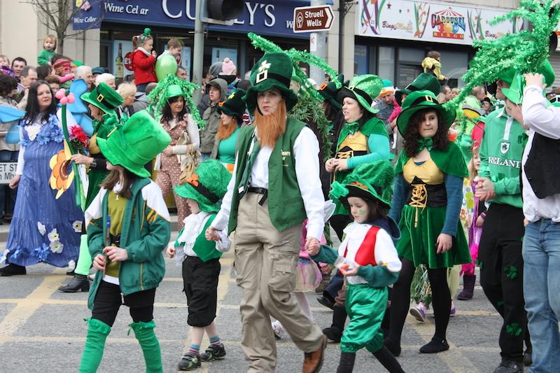 Přehlídek na den svatého Patrika se po celém světě účastní každoročně miliony lidí. Ta nejstarší ale překvapivě nevznikla v Irsku.