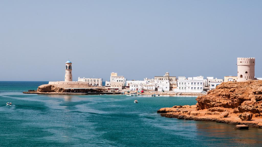 Arabská pohádka na vodě. Krásná vyhlídka Al Ayjah vpravo.