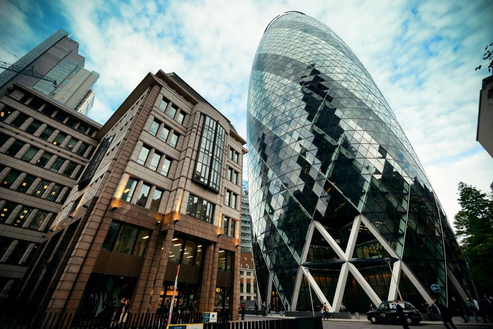 Londýňané budově říkají gherkin neboli okurka.