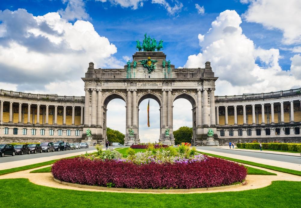 Vítězný arch byl vybudován v roce 1880 při oslavách belgické nezávislosti. Po jeho levici a pravici se nacházejí všechna zdejší muzea.
