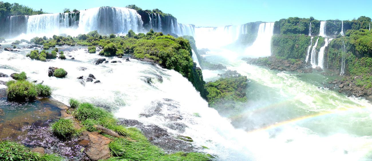 Každá strana vodopádů Iguazu nabízí něco jiného - brazilská panaromatický pohled, argentinská více aktivit.