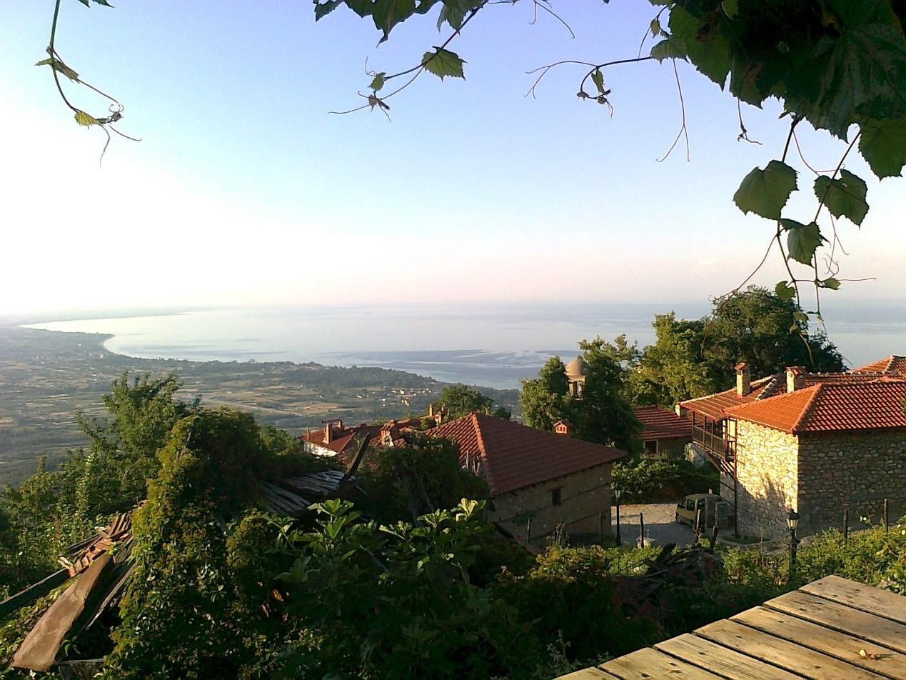 Vesnice na Olympu ve výšce 500 m n. m. a pouhé 4 km vzdušnou čarou od Egejského moře.