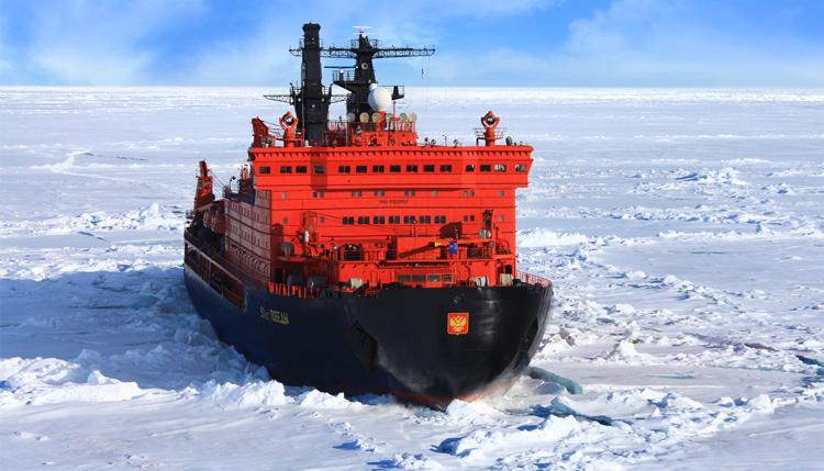 Loď pomalu, ale jistě klouže k pólu. Rychlostí 40 km/h.