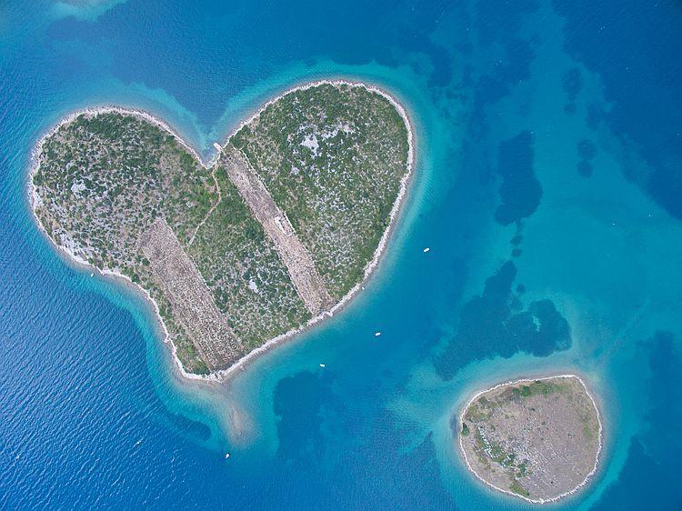 Nenápadný ostrov vynikne, když se na něj podíváte z výšky.