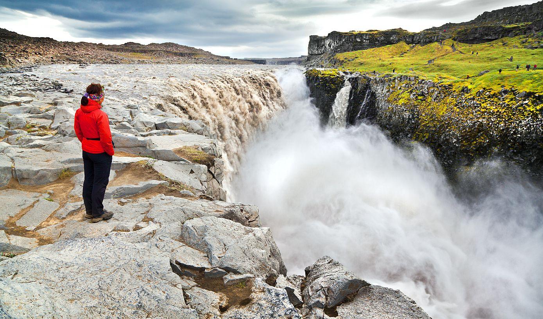 Vodopád Detiffoss na Islandu je hodně navštěvovaný, hlučný a krásný. Zejména na zelenějším břehu.