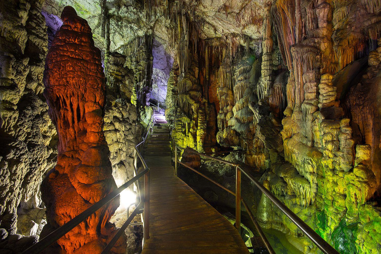 Jeskyně není jen šedá díra - hraje různými barvami.