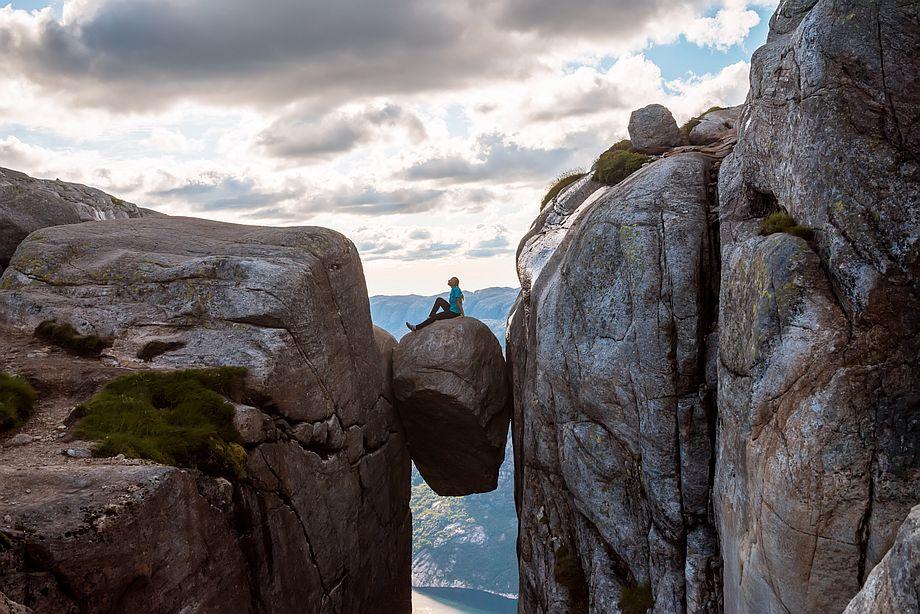 Kámen vklíněný do norské hory Kjerag může být pěkně nebezpečný. Lidé se na něm přes zákazy fotí.
