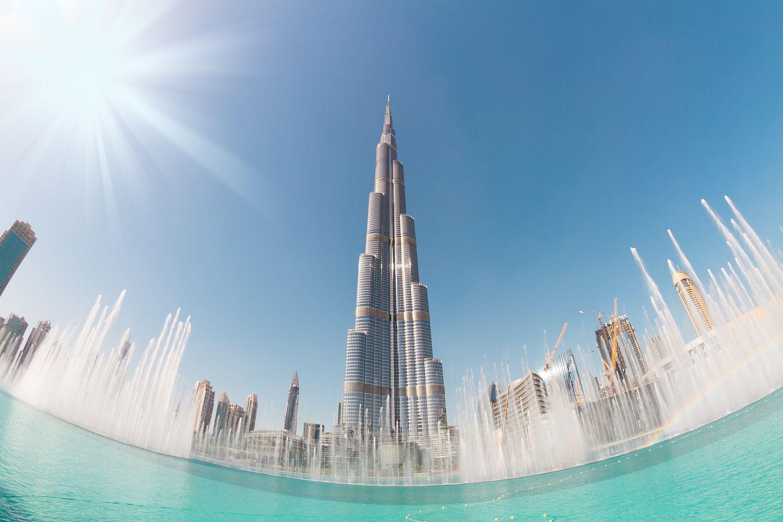 I okolí nejvyšší budovy světa vypadá nádherně a byla by škoda nevyfotit ho širokoúhlým objektivem spolu s mrakodrapem a chloubou Spojených arabských emirátů.