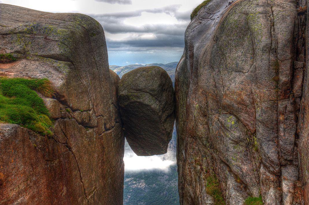Kjerag. Z fotek na tomto kameni mrazí v zádech.